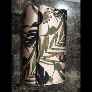 H&M Bags - 🌺H&M satin clutch bag with floral print